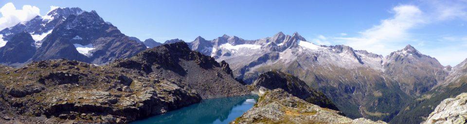 Lago alpino tra rocce grigie e bianche
