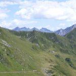 Cresta di monti con pascoli verdi