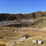 Cresta rocciosa con detrito rigonfio alla base